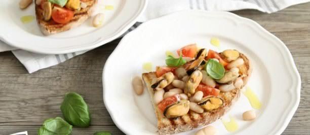 Bruschette con cozze, fagioli e pomodorini