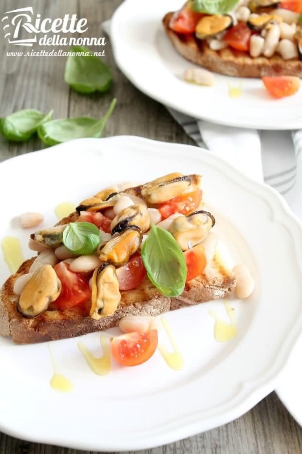 Foto Bruschette con cozze, fagioli e pomodorini