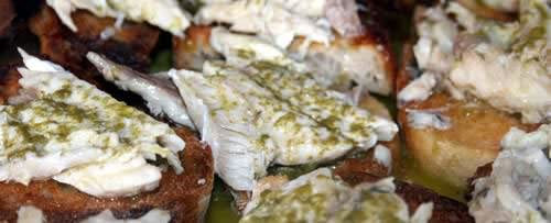 Bruschette al maccarello e basilico