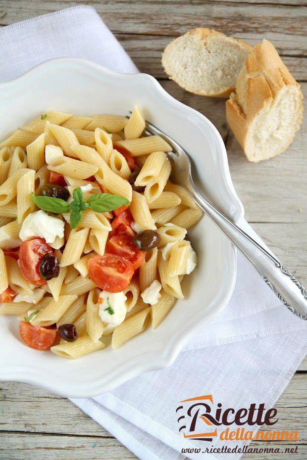 Penne fredde con mozzarella, pomodori e olive ricetta e foto