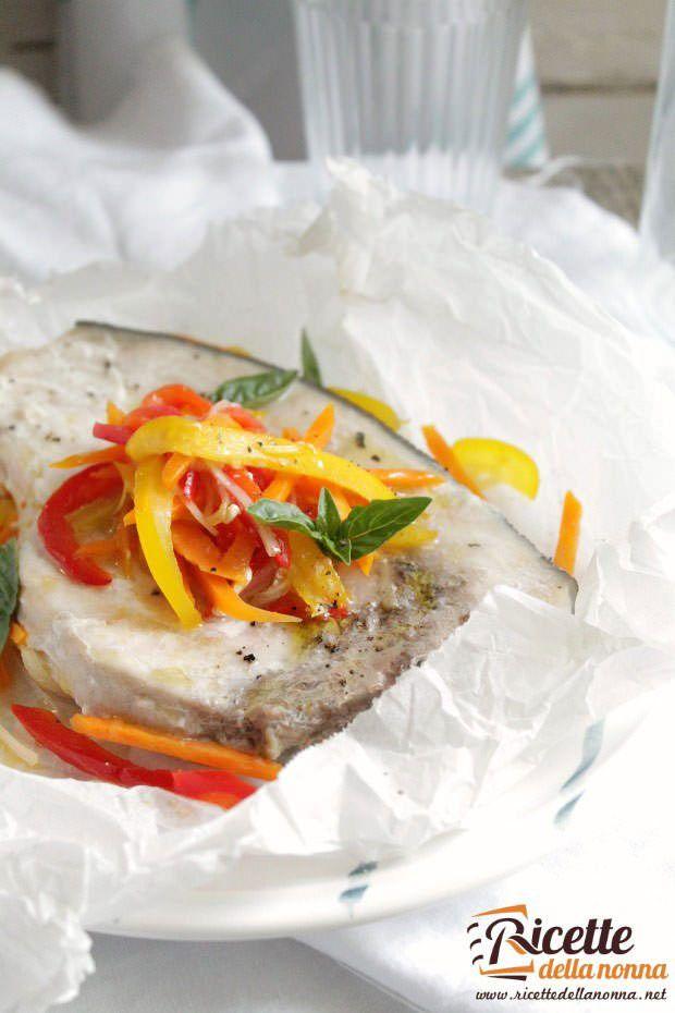 Foto pesce spada al cartoccio con verdure
