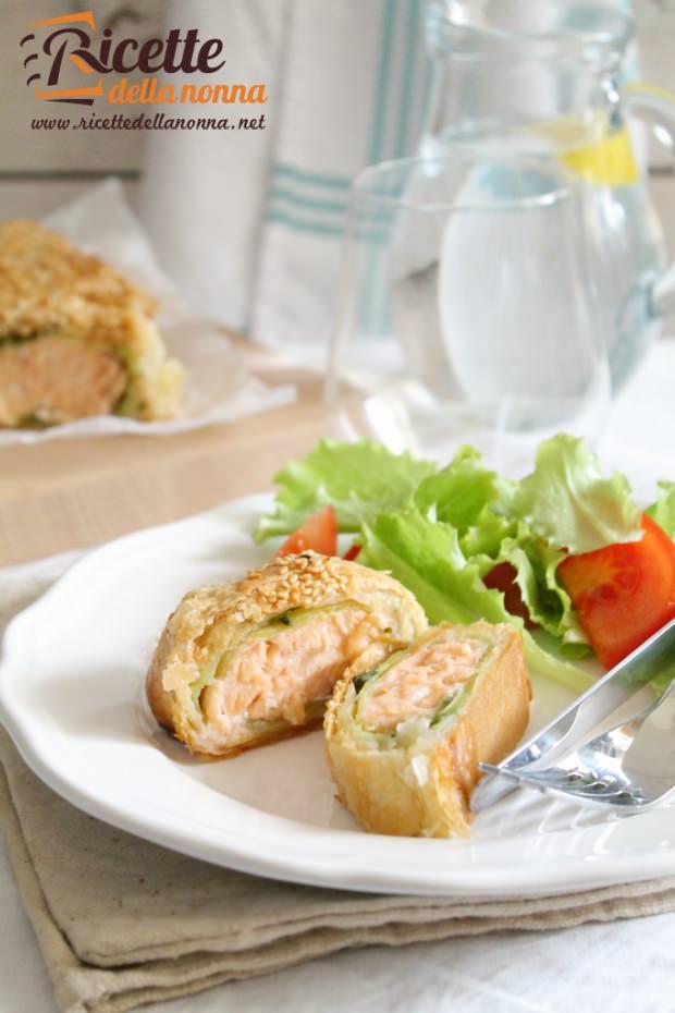 Foto salmone in pasta sfoglia