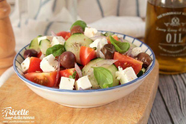 Con l'arrivo delle belle giornate siamo sempre più attratti da portate fresche e leggere. Ecco quindi un'idea veloce per un'insalata ricca, con tutto il sapore della Grecia.