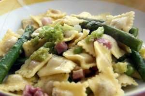 Raviolini di magro agli asparagi, piselli e verza con pancetta croccante