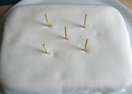 Inserire gli stuzzicadenti al centro della torta