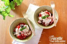 Insalata di fiocchi di latte con pomodorini e olive nere