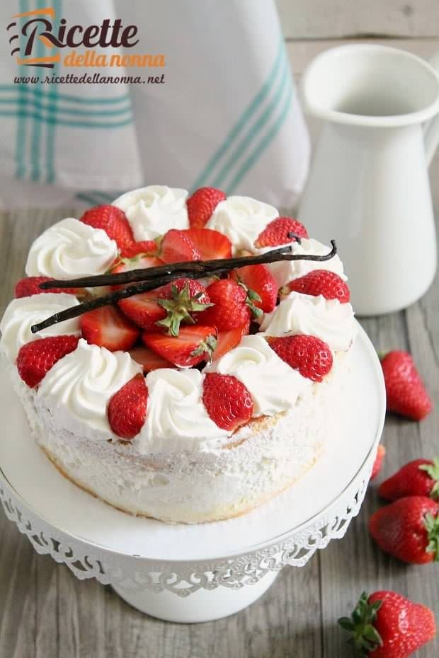 Foto torta fragoline di bosco e crema chantilly
