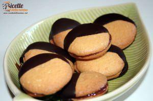 Biscotti glassati al cioccolato ripieni alla marmellata di melograno