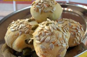 Pane con olive e semi di girasole