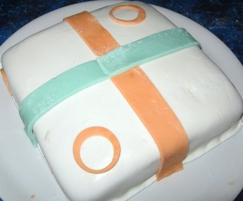 Con delle strisce di pasta formare il nastro della torta