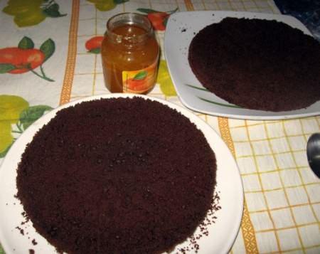Tagliate la torta a metà e farcitela con la marmellata