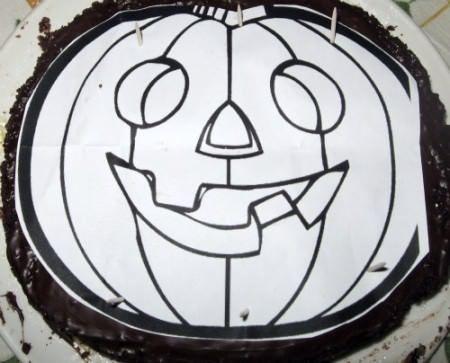 Sagomate la torta con l'aiuto di un disegno