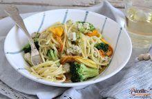 Spaghetti al tonno con fiori di zucca e broccoli
