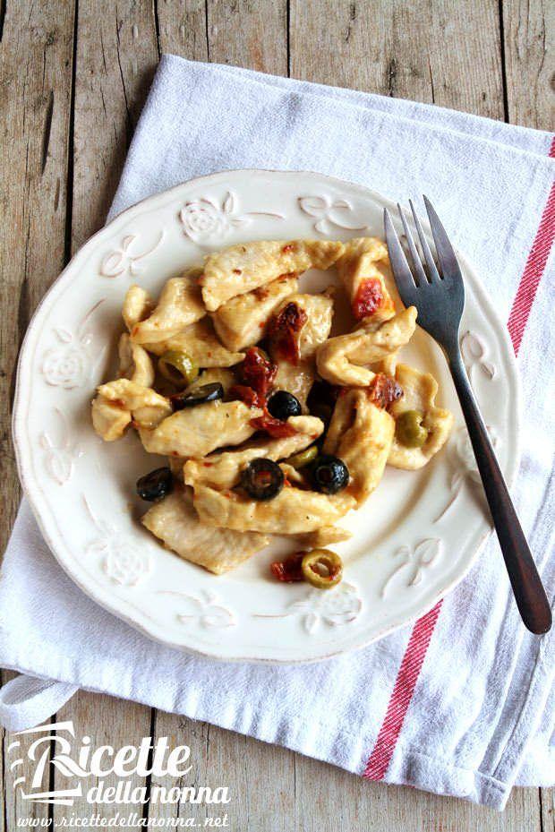 Straccetti di tacchino alle olive verdi e pomodori secchi