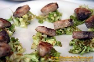 Tocchetti di tonno su letto di verza con salsa al basilico