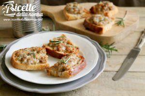 Crostini salsiccia e mozzarella
