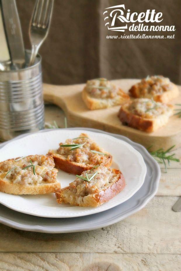 Crostini mozzarella e salsiccia