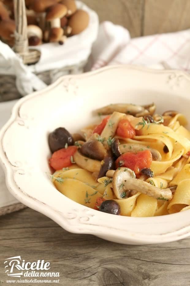 Foto Pappardelle con piopparelli, pancetta e pomodorini