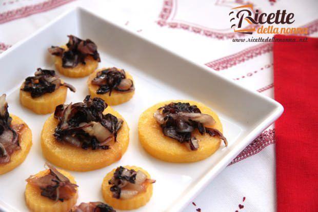 Medaglioni di polenta con radicchio caramellato ricetta e foto