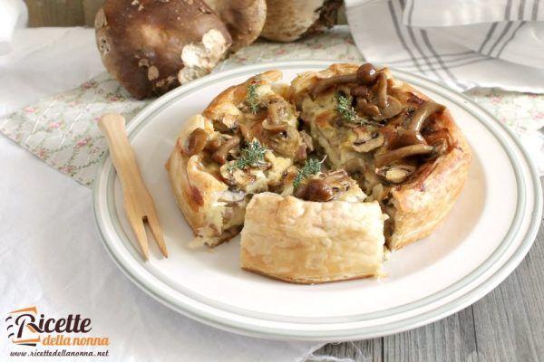 Torta salata con pancetta, funghi e mozzarella