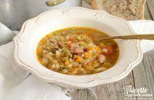 Minestra invernale con verdure, lenticchie e orzo