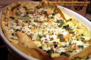 Lasagna gamberi, zucchine, mozzarella di bufala e pesto con granella di semi di lino