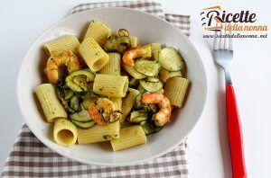 Mezze maniche allo zafferano con zucchine e gamberetti
