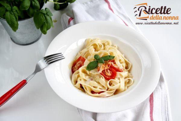 Tagliatelle appetitose con pomodorini al forno e provola