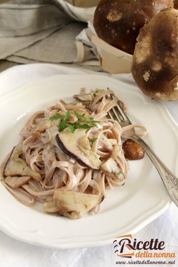 Foto tagliatelle di castagne ai funghi porcini