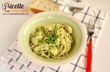 Pasta con crema di asparagi, ricotta e piselli