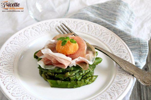 Asparagi, san daniele e tuorlo croccante ricetta e foto