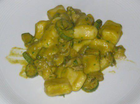 Gnocchi con vongole, zucchine e fiori ricetta e foto