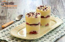 Vasetti di mousse al cioccolato bianco e fragole