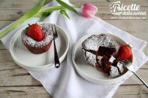 Tortino al cioccolato ripieno alle fragole
