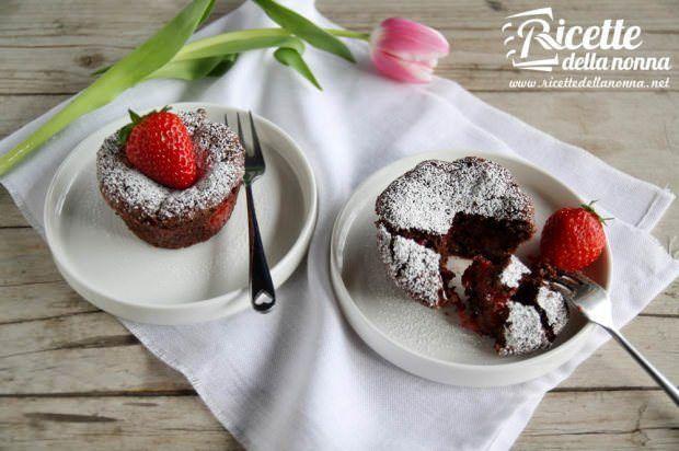 Foto Tortino al cioccolato fondente ripieno alle fragole