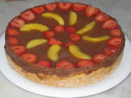 Torta di crema, cioccolato, pesche e fragole ricetta e foto