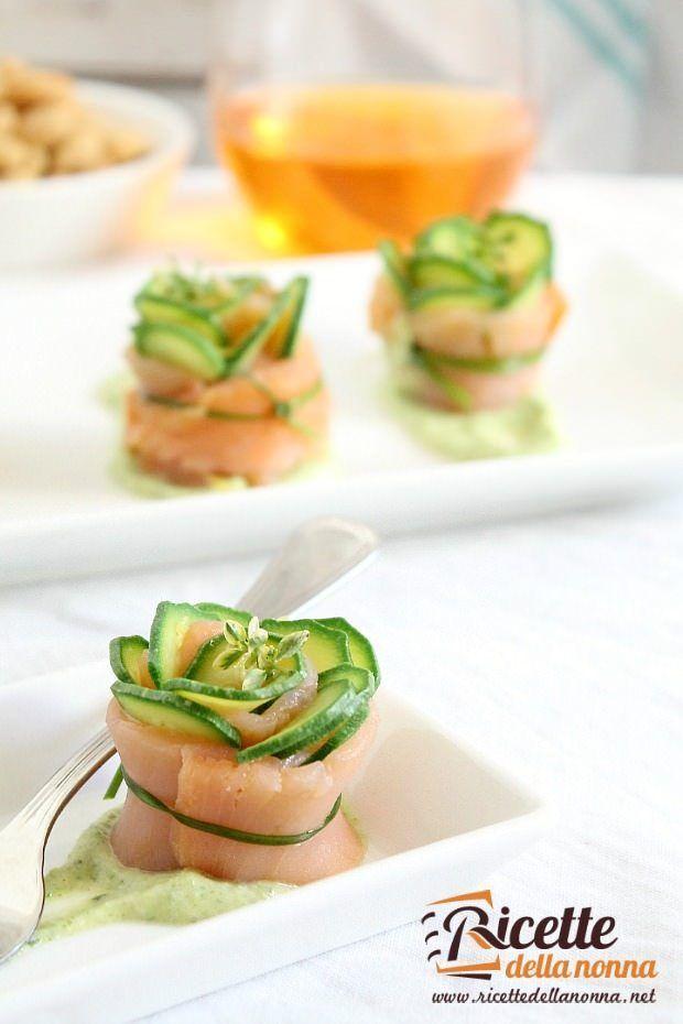 Foto involtini di salmone e zucchine