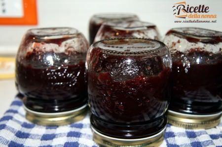 Raffreddamento vasetti marmellata di ciliegie