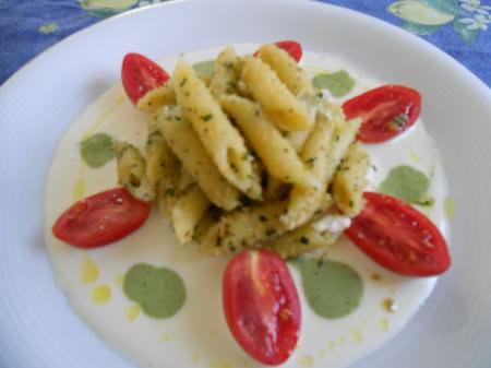Penne aromatiche, mozzarella,pomodoro e basilico ricetta e foto