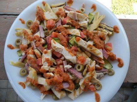Insalata di pollo e verdure grigliate con pesto di pomodori secchi ricetta e foto