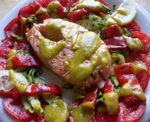 Trancio di salmone al Sylvaner, pomodori e verdure grigliate ricetta e foto