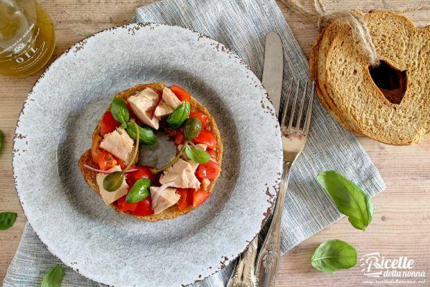 Frisella al tonno pomodorini e basilico ricetta e foto