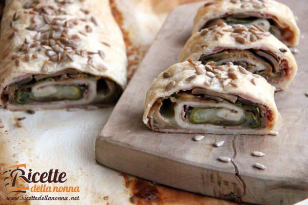 Rotolo di pasta sfoglia con verdure, prosciutto cotto e mozzarella