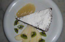 Torta di cioccolato e mandorle con salsa di pere