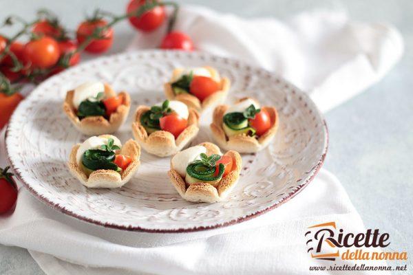 Tartine con zucchine, pomodoro e mozzarella