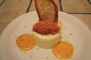 Bavarese di patate, salmone affumicato e salsa dolce di peperone