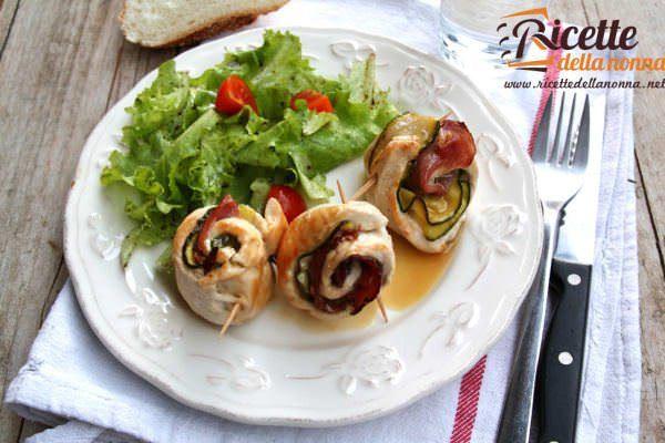 Involtini di petto di pollo con zucchine e speck