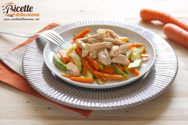 Straccetti di pollo con carote e zucchine