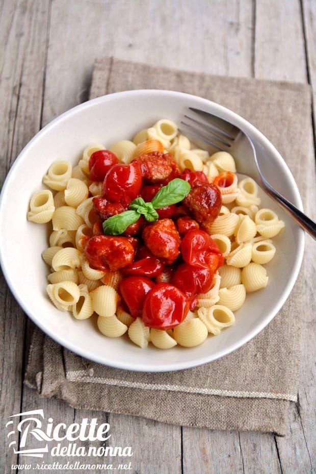Lumaconi con salsiccia e pomodorini ricetta e foto