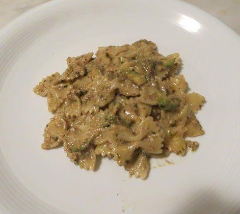 Farfalle al pesto, paté di olive e zucchine ricetta e foto
